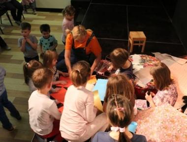 Nakon predstave održana je radionica na kojoj su djeca izrađivala likove iz predstave od papira